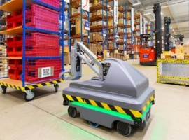 With a maximum towing payload of up to 500 kilograms, the robot can avoid both moving and stationary obstacles and adjust its route independently.
