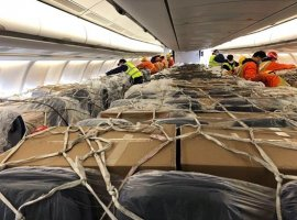 Loaded with around 30 tons of freight, a Lufthansa passenger aircraft landed in Frankfurt on March 25. In addition to the cargo compartments of the Airbus A330, the cabin including the stowage compartments above the seats was also loaded with various highly urgent goods, mainly from the medical sector, including masks